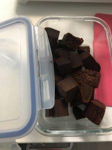 タッパーに詰めたチョコケーキの写真