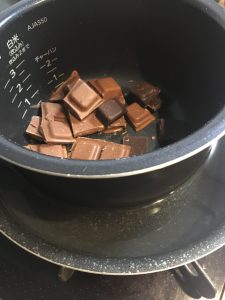 チョコレートを湯せんする写真